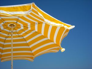 People who sit in the shade or wear protective clothing have a 30% lower risk of sunburn. (Photo: Friederike Graf)